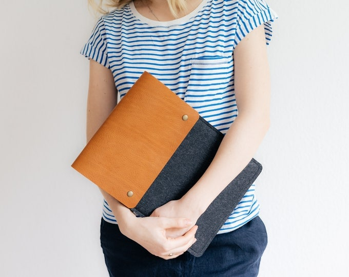 "Case for 12 Inch MacBook Retina, Italian vegetable-tanned leather, wool felt, ""Courier"", by band&roll"