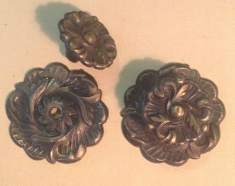 """Pair brass 1.5"""" cabinet door drawer pull knobs and 2.5"""" backplates hardware salvage French provincial retro chic home decor improvement"""