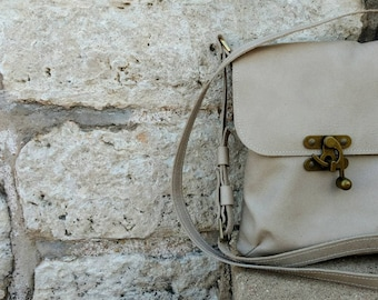 Crossbody Scout in cream colored leather