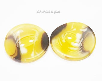 2 x resin imitation horn buttons, color ochre Brown.