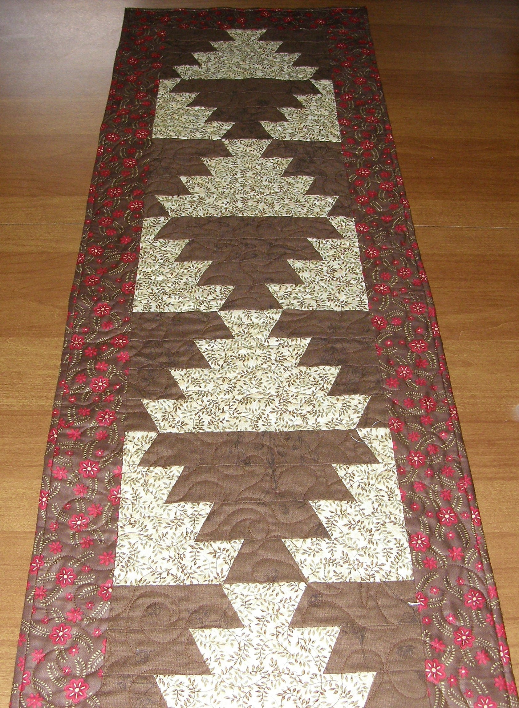 quilted table runner table runner quilt red brown green. Black Bedroom Furniture Sets. Home Design Ideas