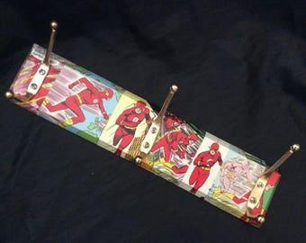 die flash mantel und hut rack verziert mit comic panels - Mantel Der Ideen Mit Uhr Verziert