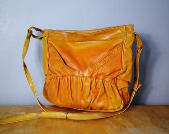 Distressed leather purse / vintage perfetcly aged tan leather shoulder bag / boho 70s leather handbag / worn in leather purse
