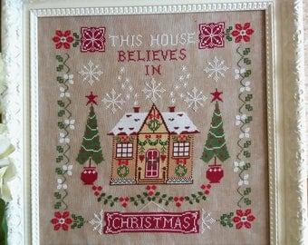 Schema Questa Casa Crede nel Natale (comprendente scritta in inglese, italiano, francese e tedesco)- Formato cartaceo o PDF