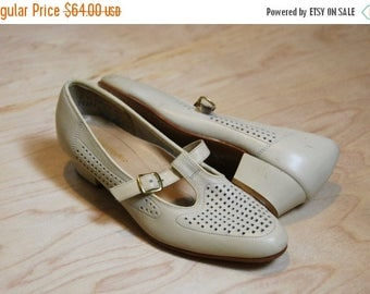 SUMMER SALE 1960's off white Hush Puppies leather t-strap heels •  size 6