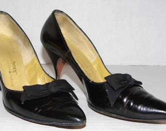 1950s 50s Black Patent Leather Pumps / Grosgrain Ribbon Bow / Jacqueline Spike Heels / Pointy toe Pin UP / Vintage / fits like size 7 - 7.5