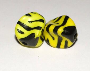 X 2 yellow Zebra black beads 17mm