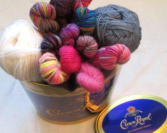 Gift package of mini skeins and sock yarn in a tin whisky case, 150 g of yarn, fingering weight mini skeins, inspiration sockyarn