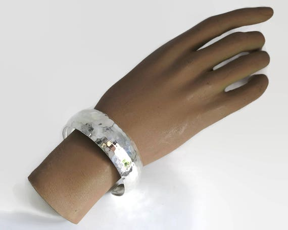 Sterling silver hammered cuff bracelet, honeycomb pattern, opening at back, 0.8 inch / 2.2 cm wide, stamped 925, 22 grams