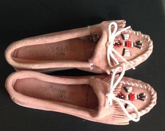Minnetonka women's pink suede fringed thunderbird mocassins  size 6