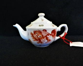 "Small Qianlong teapot from the 18th century with enamelled decoration ""Fu dog"" in red tones of green and black, 6-character sigillary mark"