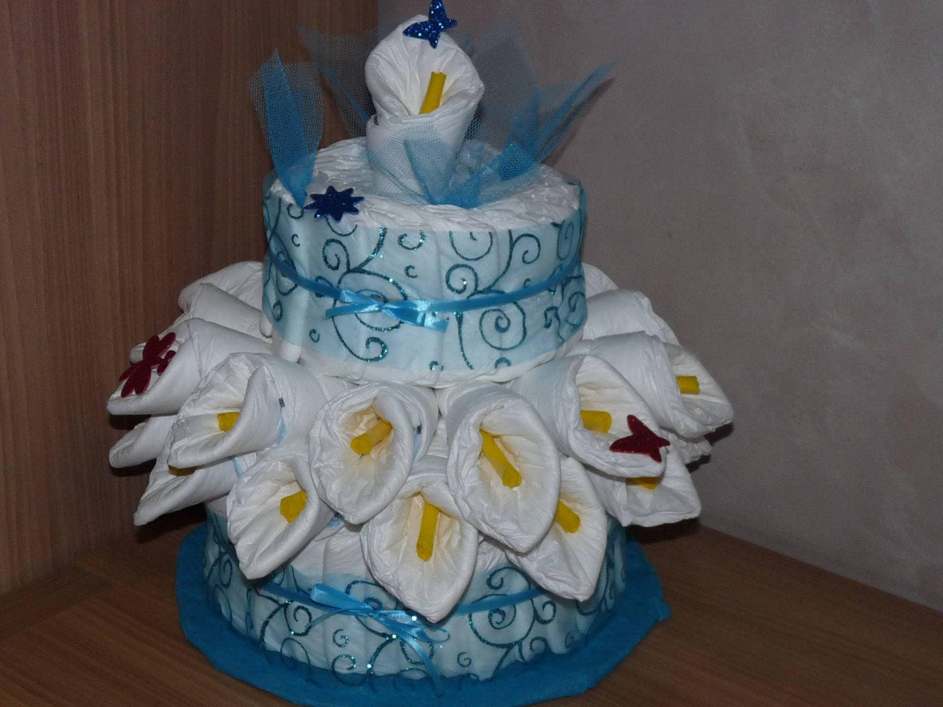 G teau de couches avec fleurs d 39 arums bleu - Comment realiser un gateau de couches ...