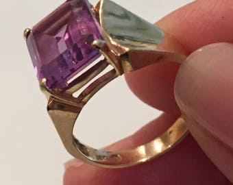 Beautiful 10k Yellow Gold Ring w/ Purple Gemstone