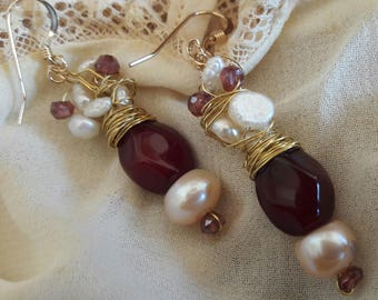 Goldfilled earrings with freshwater pearls and granaatnr 25