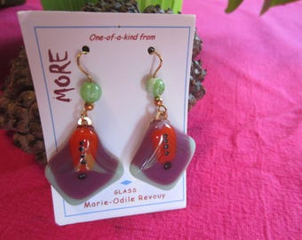 Beautiful combination of colors for these pretty earrings in jade, purple and red glass