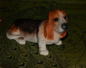 Sandicast, Basset Hound, small size sculpture, DOG Figurine, Statue, Hand Painted, Resin, Replica Realistic, Gift Pet Lovers, Collectible