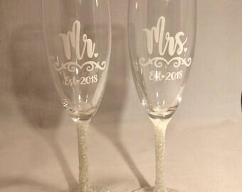 Ivory Off-White Wedding Decor Toasting Glasses, Mr and Mrs, Toasting Flutes, Wedding Decor Personalized With Year, Glitter Toasting Flute