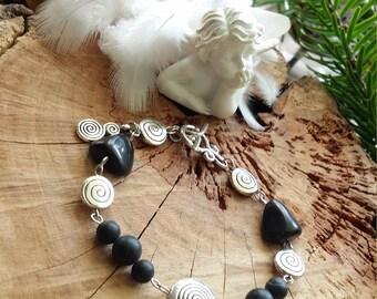 Bracelet en shungite 17 cm  et métal argenté  - Pierres de protection et d'énergie. - par AngelS SignS