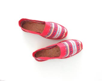 Woven Espadrilles * Vintage Espadrille Shoes * Red Ikat Slip-Ons * size 9 / 40