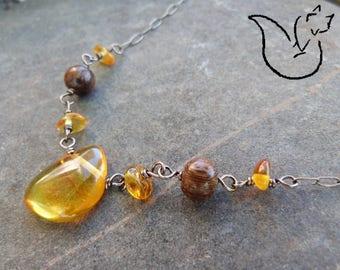 Collier court chaîne bronze perles bois exotique et pendentif ambre miel