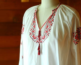 vintage 1970s Hungarian embroidered peasant blouse / size medium large