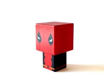 """Figurine cubique Super-héros """"Deadpool"""" ( taille S ) - Peinte à la main"""
