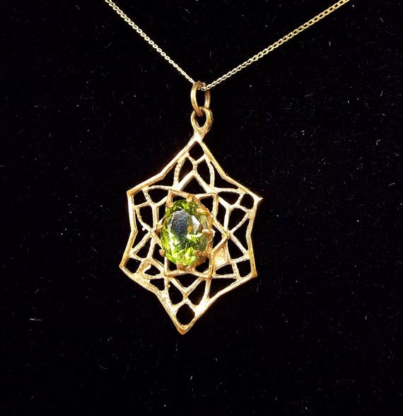 Vintage 1973 9ct Yellow Gold Star Spider Web and Green Peridot Pendant Necklace