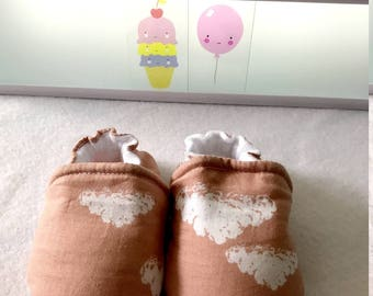 Soft baby, cotton and faux leather slippers for the sole, birth size.