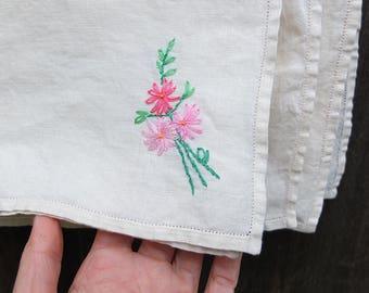 Vintage Linen Napkins / Embroidered Linen Napkins / Hemstitched Linen Napkins / Floral Linen Napkins