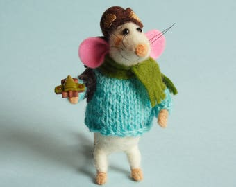 Needle felted Mouse with backpack, airplane and pilot hat. Mouse pilot. Dollhouse mouse. Ornament. Gift. Miniature backpack. Mouse traveler