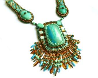 Collier bleu et topaze pierres brodées de perles