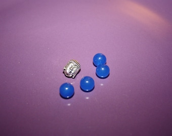 SET OF FOUR BLUE AGATE BEADS AND A BEAD BUDDHA