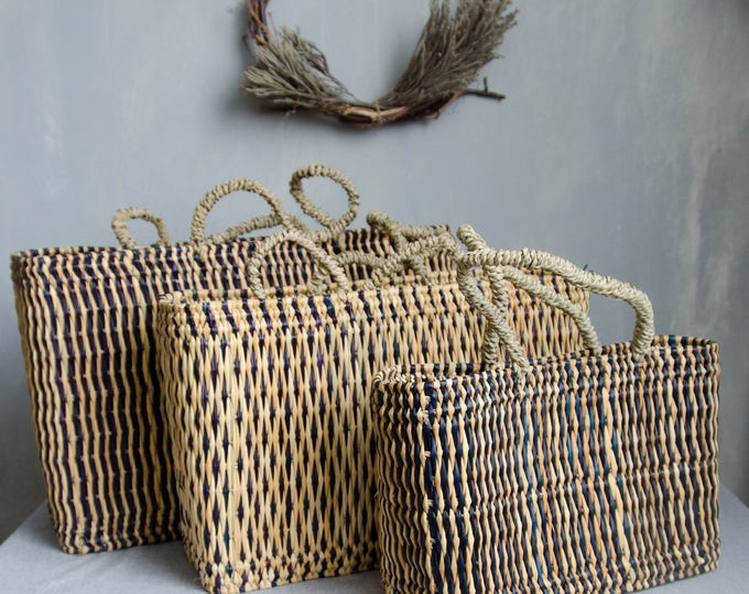 Market bags in rattan + with dark blue details.