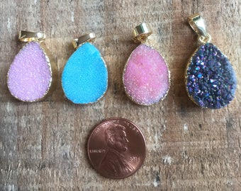 Druzy quartz teardrop gold plated pendant, approx. 15mm x 20mm, various colors