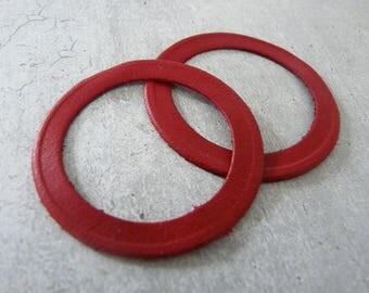 2 rings in fine red leather, 4,2 cm diameter