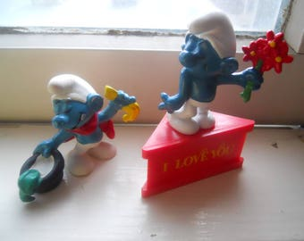 lot 2 small rubber Smurf figurines 1979 magicians love token flowers Schleich