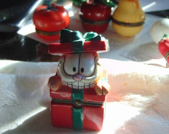 GARFIELD the CAT  as a CHRISTMAS Present trinket box