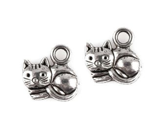25 Cute cat pendant, cat lying, 13 x 14 mm, Platinum