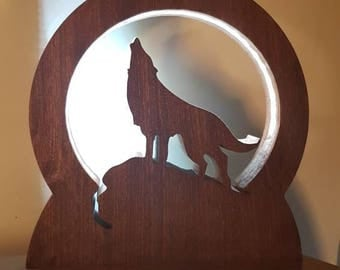 Wolf howling to the moon LED lamp with phone charger USB - Solid Wood - Carved