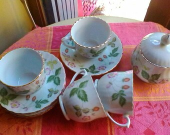 Strawberry cups and saucers and matching sugar bowl - Chinese porcelaine vintage set