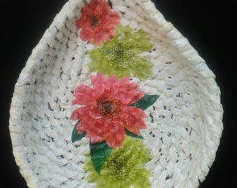 White shallow knitting paper bowl, decorated flower ornament with paper napkin