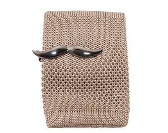 de MORÉ - tie clip in the mustache design