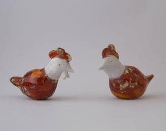 2 hens of red clay enameled effect and white head