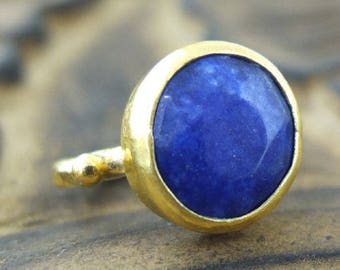 Sapphire blue Swarovski Crystal ring and brushed gold - plated gold 750/000 - size 53