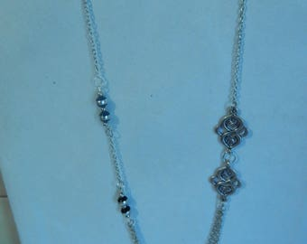 Arabesque and black beads necklace with silver threads