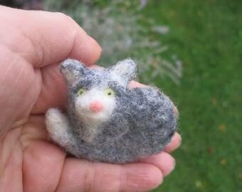 Gray cat brooch