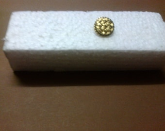 "Round gold button with shank ""OR3"" embossing"