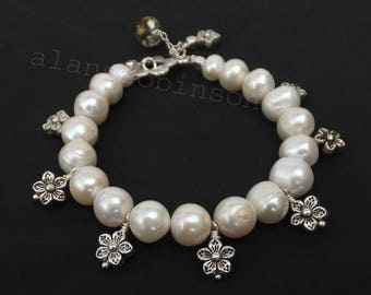 Pearl bracelet with flower charms