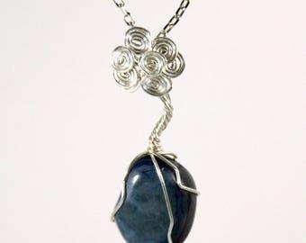Pendentif arbre celtique pierres roulées Agate bleue.
