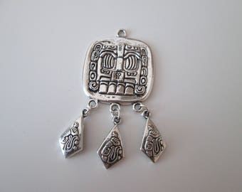Pendentif maya connecteur et breloques métal argenté 55 x 48 mm